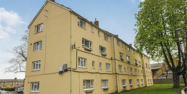 Guide Price £300,000, 2 Bedroom Flat For Sale in London, SE13