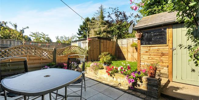 £325,000, 2 Bedroom Semi Detached Cottage For Sale in Swanley, BR8