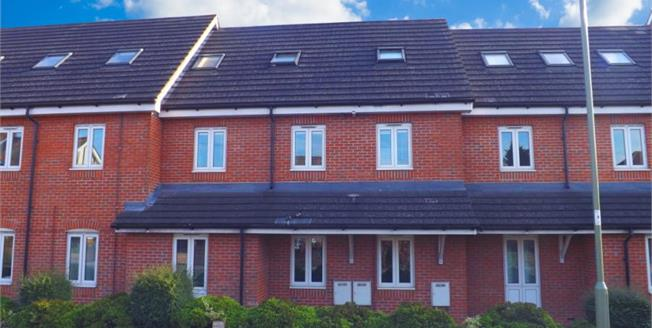 Guide Price £165,000, 2 Bedroom Ground Floor Flat For Sale in Park Gate, SO31