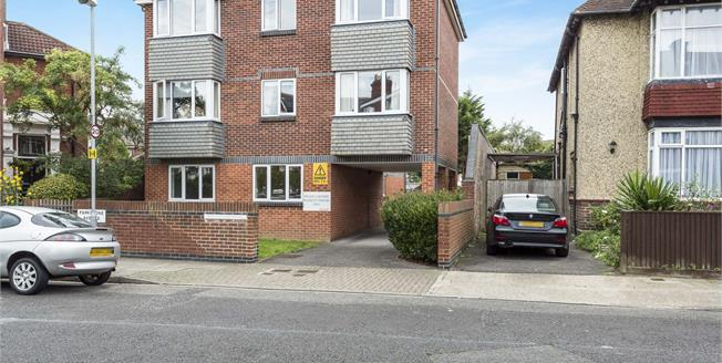 Asking Price £135,000, 1 Bedroom Flat For Sale in Southsea, PO4