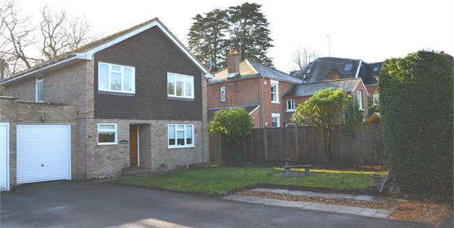 £500,000, 4 Bedroom Detached House For Sale in Hook, RG27