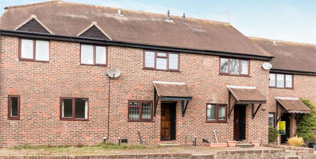 Guide Price £300,000, 2 Bedroom Terraced House For Sale in Odiham, RG29