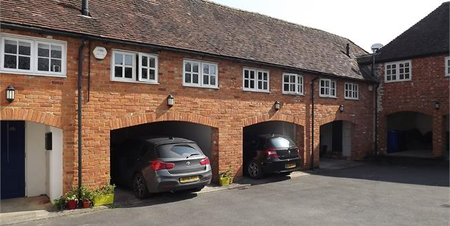 Guide Price £240,000, 1 Bedroom Flat For Sale in Odiham, RG29