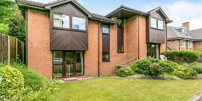 Asking Price £269,950, 2 Bedroom Flat For Sale in Lightwater, GU18