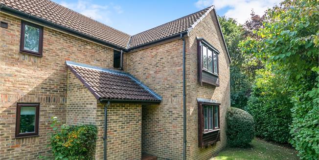 Asking Price £147,000, 1 Bedroom Flat For Sale in Lightwater, GU18