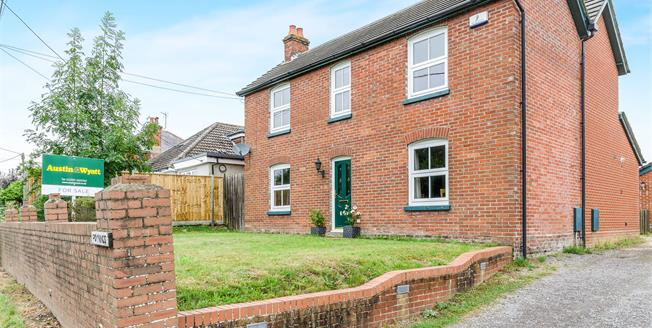 Guide Price £565,000, 4 Bedroom Detached House For Sale in Hants, SO40