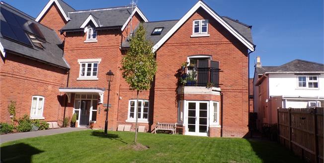 Offers in the region of £295,000, 2 Bedroom Flat For Sale in Lyndhurst, SO43