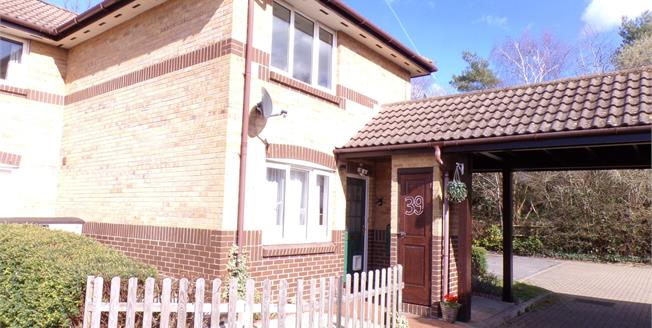 Guide Price £176,000, 2 Bedroom Flat For Sale in Ringwood, BH24