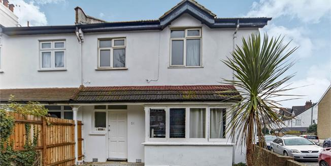 Asking Price £350,000, 3 Bedroom Flat For Sale in South Croydon, CR2