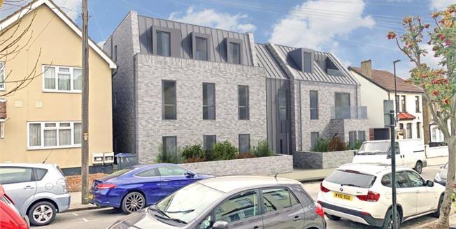 £345,000, 2 Bedroom Flat For Sale in Dennett Road, CR0