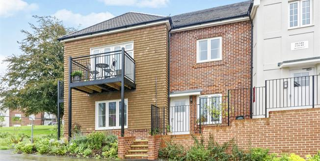Asking Price £285,000, 2 Bedroom Flat For Sale in Church Crookham, GU52