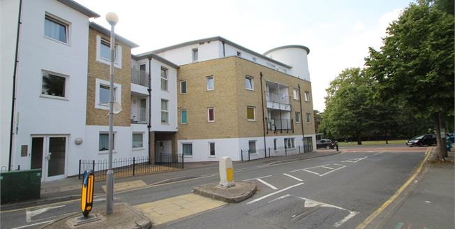 Asking Price £325,000, Flat For Sale in Gateway Court, SM1
