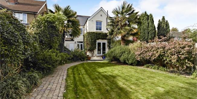 Guide Price £635,000, 3 Bedroom Detached House For Sale in Sutton, SM1