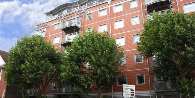 Offers in the region of £335,000, 2 Bedroom Flat For Sale in Bristol, BS1
