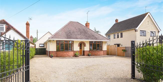 Guide Price £425,000, 5 Bedroom Detached House For Sale in Harvington, WR11