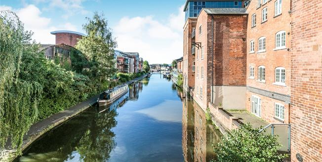 Guide Price £190,000, 2 Bedroom Flat For Sale in Worcester, WR1