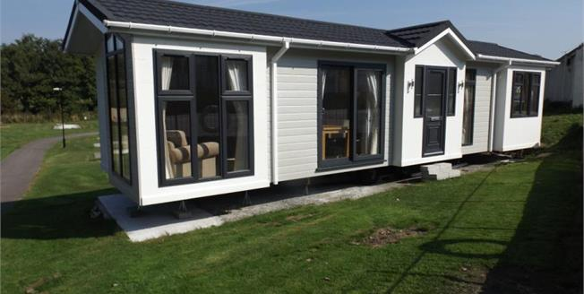 £60,000, 2 Bedroom Detached Mobile Home For Sale in Newquay, TR8