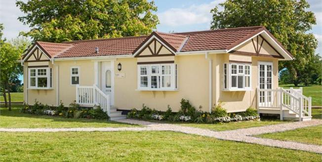 £199,950, 2 Bedroom Detached Mobile Home For Sale in Woodside, LU1