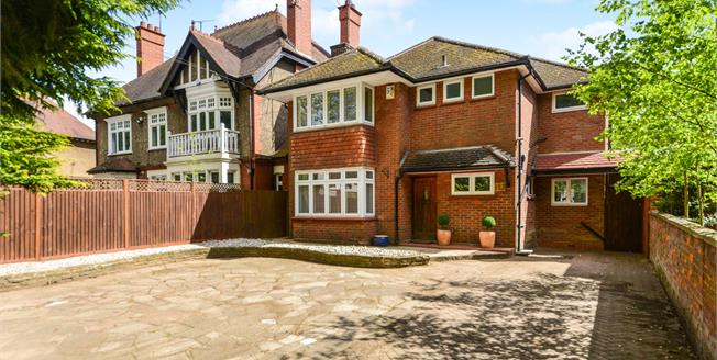 Guide Price £650,000, 4 Bedroom Detached House For Sale in Luton, LU1