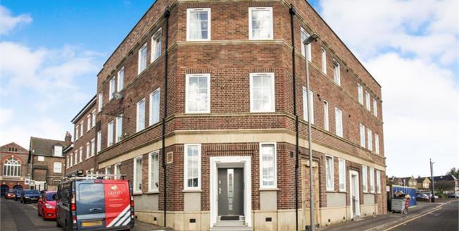 Offers Over £220,000, 2 Bedroom Upper Floor Flat For Sale in Luton, LU2