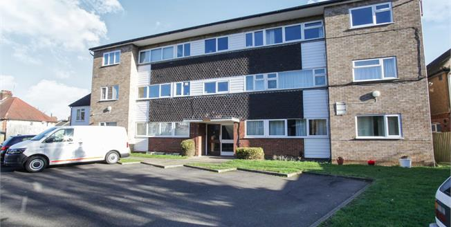 Guide Price £125,000, 1 Bedroom Flat For Sale in Luton, LU1