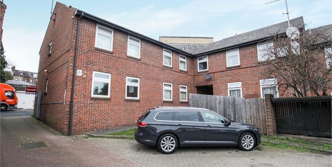 Guide Price £125,000, 1 Bedroom Maisonette For Sale in Luton, LU1