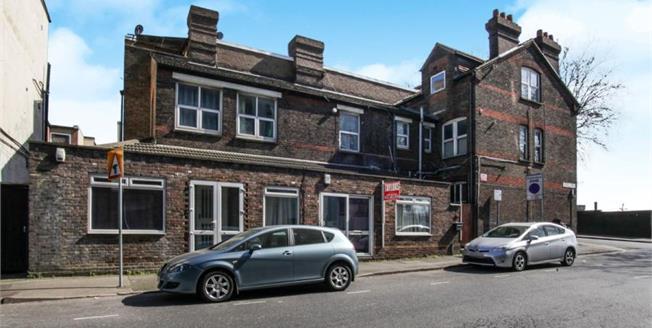 Guide Price £190,000, 4 Bedroom Ground Floor Flat For Sale in Luton, LU2