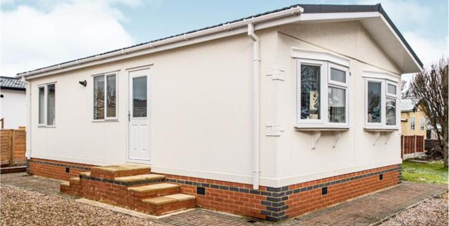 Guide Price £180,000, 2 Bedroom Mobile Home For Sale in Woodside, LU1