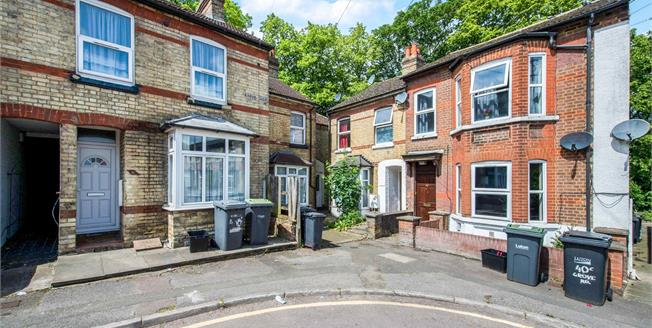 Guide Price £130,000, 2 Bedroom Flat For Sale in Luton, LU1