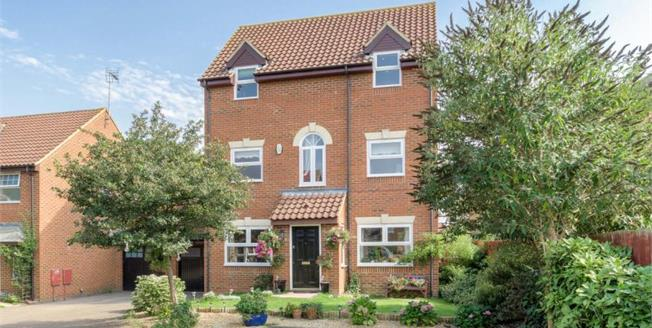 £475,000, 4 Bedroom Detached House For Sale in Monkston, MK10
