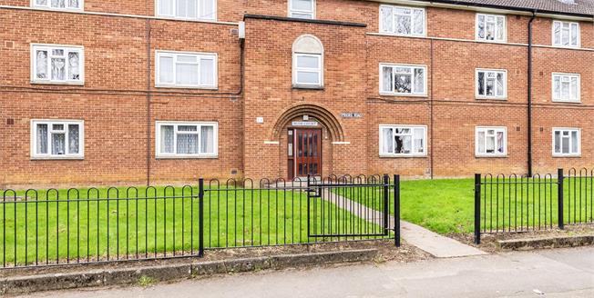 Guide Price £110,000, 2 Bedroom Flat For Sale in Prestbury, GL52