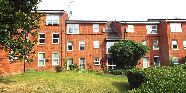 Guide Price £135,000, 2 Bedroom Flat For Sale in Worcester, WR1