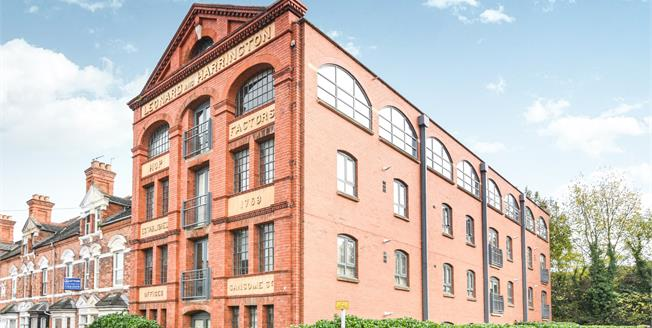 Guide Price £180,000, 2 Bedroom Flat For Sale in Worcester, WR1