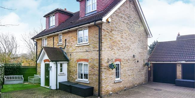 Offers in the region of £650,000, 5 Bedroom Detached House For Sale in Chafford Hundred, RM16