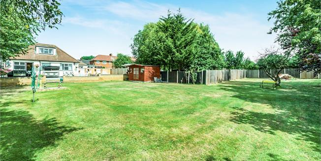 Guide Price £600,000, 5 Bedroom Detached Bungalow For Sale in Romford, RM5