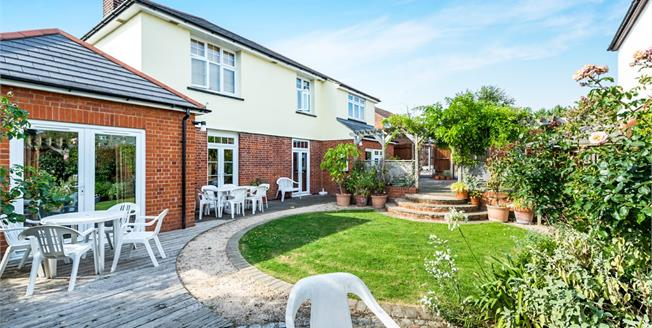 Guide Price £700,000, 7 Bedroom Detached House For Sale in Romford, RM1