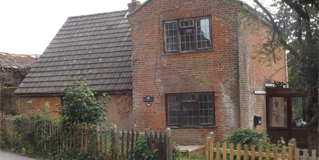 Guide Price £300,000, 3 Bedroom Detached House For Sale in Southampton, SO19