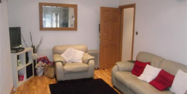 Guide Price £270,000, 2 Bedroom Flat For Sale in Romford, RM2