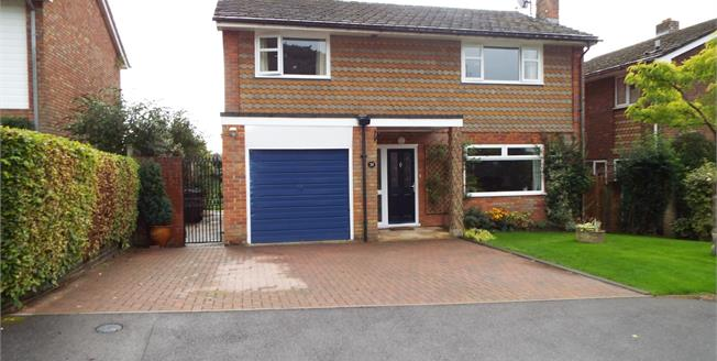 Guide Price £700,000, 4 Bedroom Detached House For Sale in Petersfield, GU32