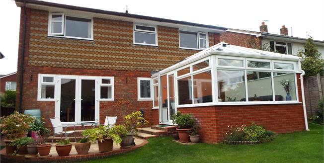 Guide Price £700,000, 4 Bedroom Detached House For Sale in Petersfield, GU32