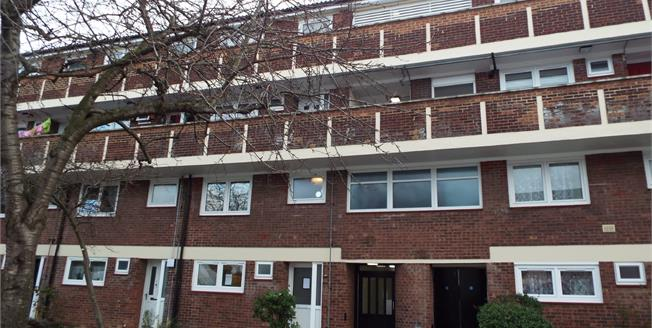 Asking Price £300,000, 3 Bedroom Maisonette For Sale in Enfield, EN3