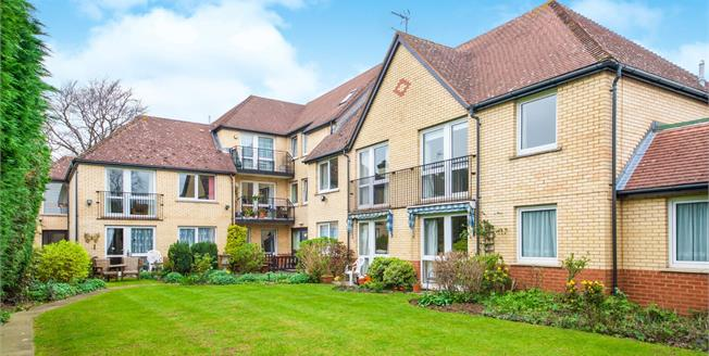 Guide Price £175,000, 1 Bedroom Flat For Sale in Enfield, EN1
