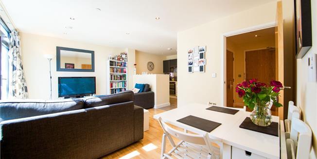 Asking Price £280,000, 1 Bedroom Flat For Sale in Enfield, EN1