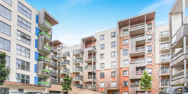 Guide Price £400,000, 2 Bedroom Flat For Sale in Cambridge, CB2