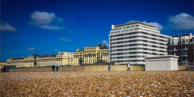 Guide Price £375,000, 2 Bedroom Flat For Sale in Brighton, BN1