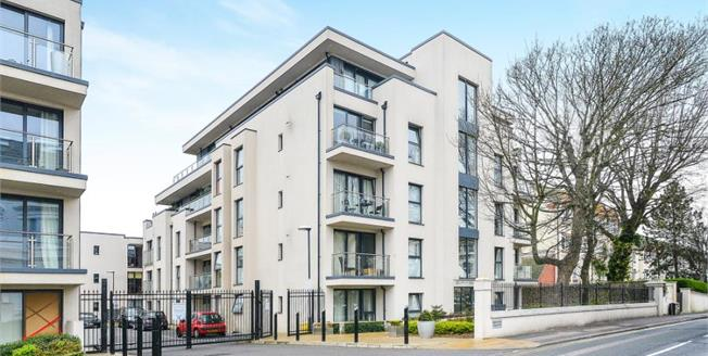 Guide Price £325,000, 1 Bedroom Ground Floor Flat For Sale in Brighton, BN1