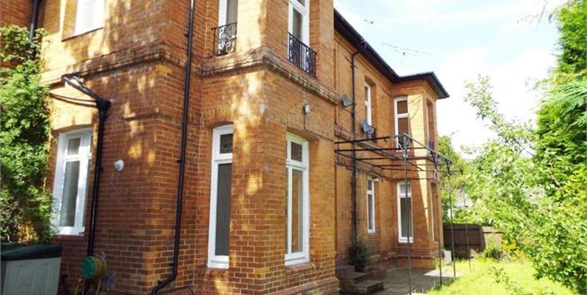 £250,000, 2 Bedroom Flat For Sale in Bournemouth, BH2