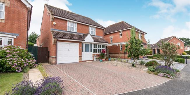 Asking Price £300,000, 3 Bedroom Detached House For Sale in Pinewood, IP8