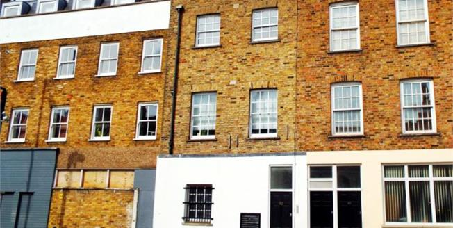 £550,000, 2 Bedroom Ground Floor Flat For Sale in London, N1