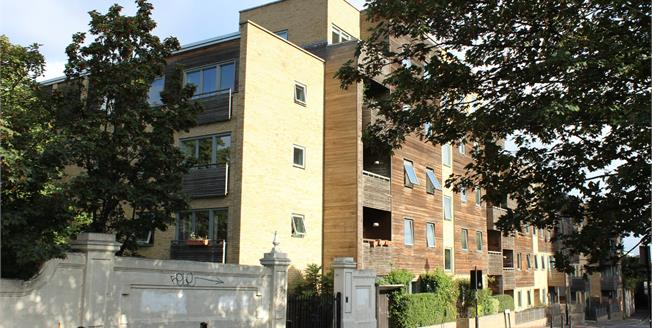 Guide Price £425,000, 2 Bedroom Flat For Sale in London, E3